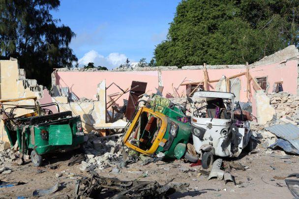 У Сомалі терористи протягом ночі розстрілювали відвідувачів ресторану: 18 осіб загинули
