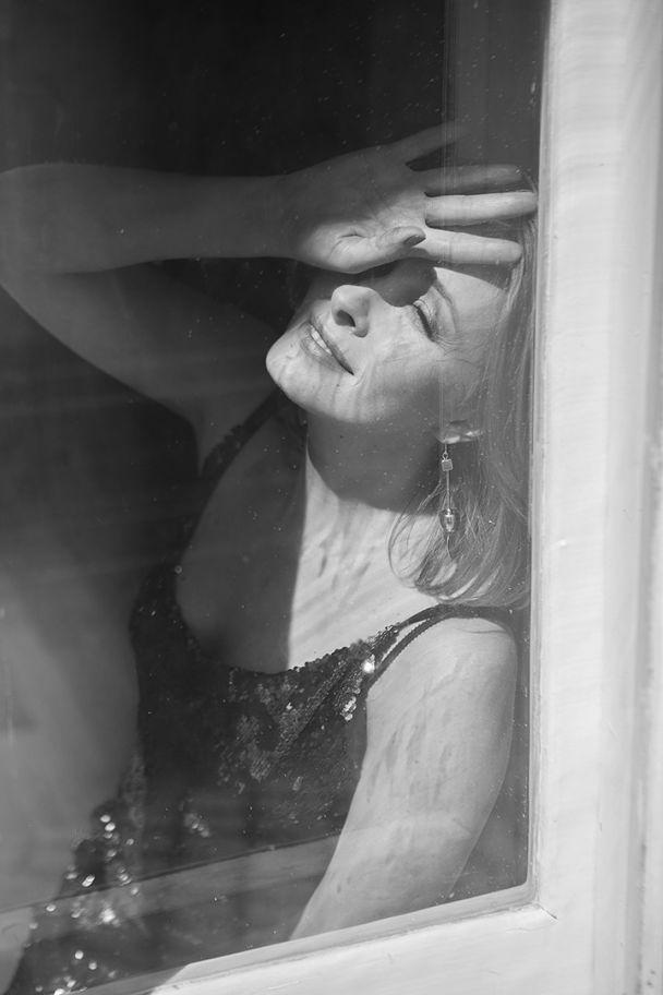 Нежная Елена Кравец предстала в романтической черно-белой фотосессии