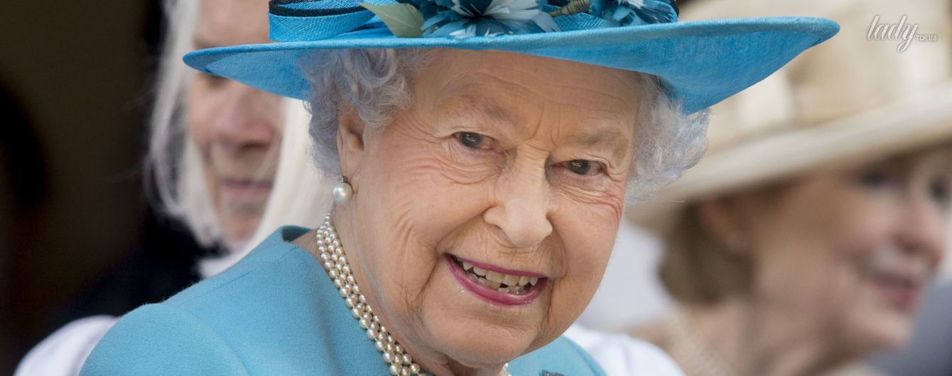 В голубом наряде и с новым оттенком помады: королева Елизавета II снова вышла в свет