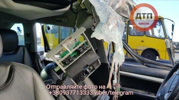УКиєві намосту Патона автомобіль врізався уфуру, є загиблий
