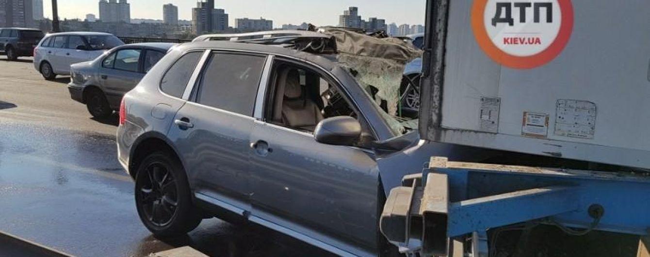 В Киеве на мосту Патона  Porsche Cayenne влетел в фуру