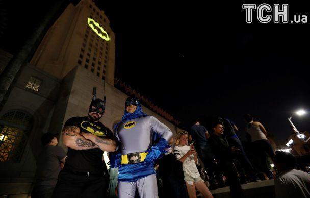Бет-сигнал на міськраді і фанати у костюмах. У Лос-Анджелесі вшанували пам'ять актора, що грав Бетмена