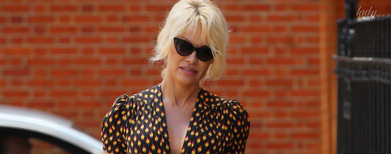 В красивом платье со скромным декольте: повседневный образ Памелы Андерсон
