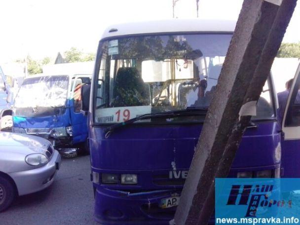 На Запорожье грузовик влетел в маршрутку с пассажирами, отбросив ее в столб