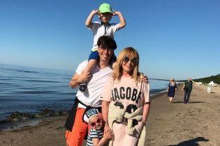 В купальнике и с ярким педикюром: 68-летняя Алла Пугачева на отдыхе в Латвии
