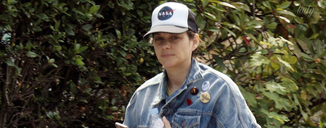 В рваной куртке и без макияжа: Марион Котийяр приехала на кинофестивале во Францию