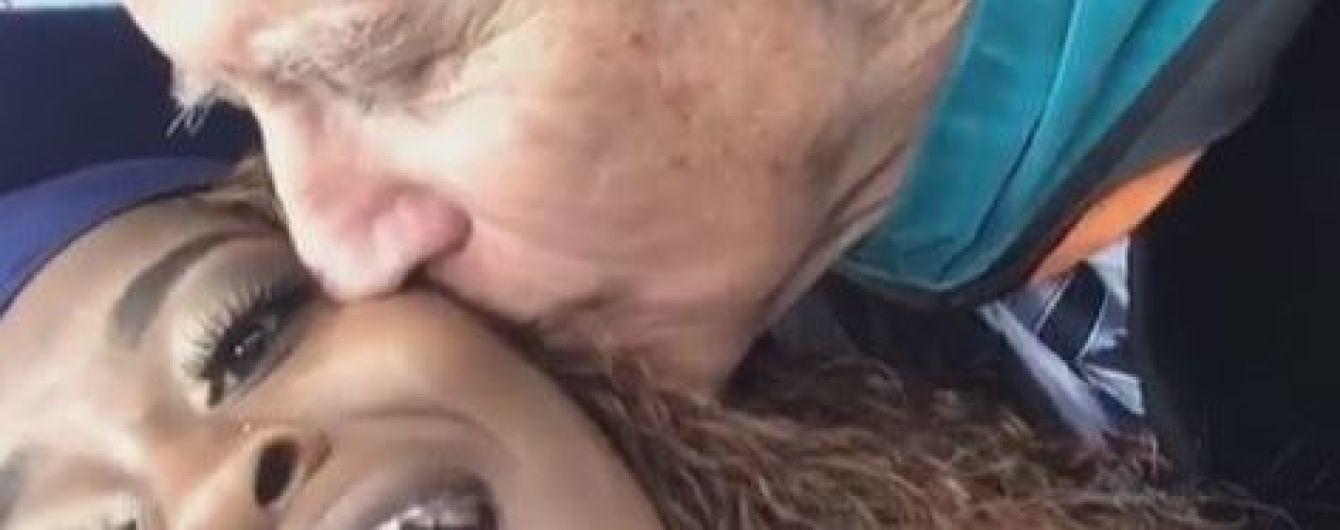 Настоящий Казанова. Байден нежно поцеловал выпускницу перед камерой