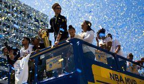 """Диво-машини та конфеті. 1,5 мільйона фанатів відсвяткували чемпіонство """"Голден Стейт"""" в НБА"""