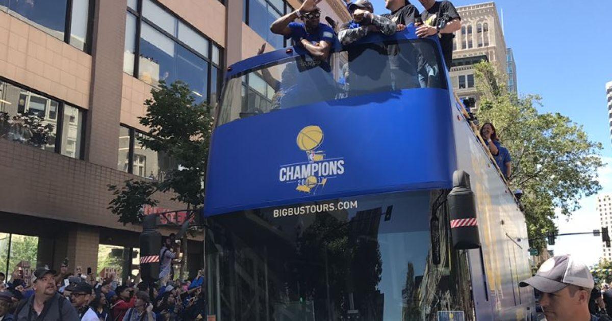 """Парад """"Голден-Стейт Ворріорс"""" в Оклендіна честь перемоги клубу в чемпіонаті НБА @ twitter.com/warriors"""