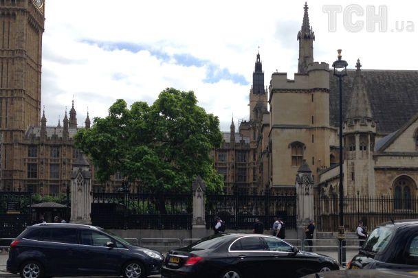 У Лондоні поліцейські біля парламенту затримали озброєного чоловіка
