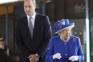 Королева Елизавета II с внуком принцем Уильямом навестили пострадавших при пожаре в Гренфелл Тауэр