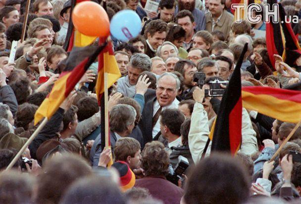 Вино із Меркель та обмін ручками із Горбачовим. Життя Гельмунда Коля у ратиретних фото