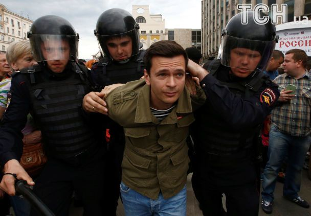 """Прапори і кийки: як у Росії мітингувальників в автозаки """"пакували"""""""