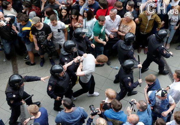 """Флаги и дубинки: как в России митингующих в автозаки """"паковали"""""""