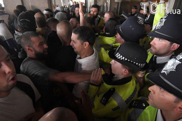 У Лондоні під час емоційних протестів через пожежу сталися сутички