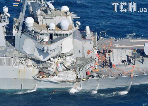 В результате столкновения эсминца ВМС США и торгового судна пропали без вести семь моряков