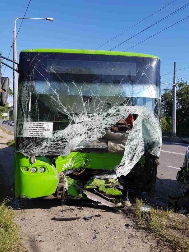 Смертельное ДТП: в Харькове легковушка влетела в троллейбус