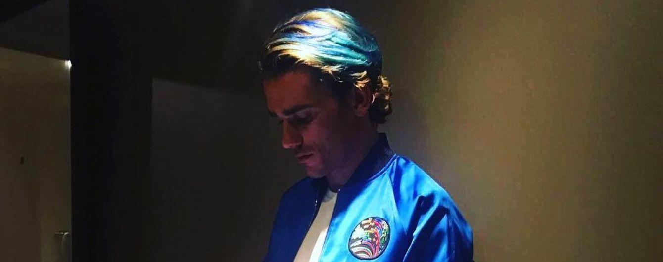 Французский эпатаж. Гризманн покрасил волосы в голубой цвет
