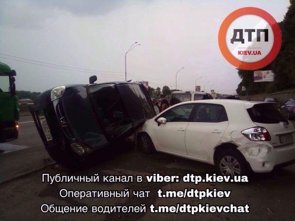 """У Києві бензовоз """"підштовхнув"""" авто, яке перевернулося й застрягло між двома іншими"""