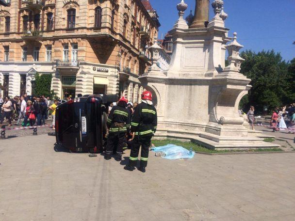 Во Львове возле церкви внедорожник влетел в толпу людей