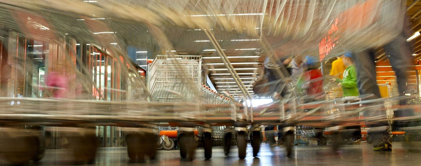 Россиянка на глазах у сына с криками разнесла продукты в магазине
