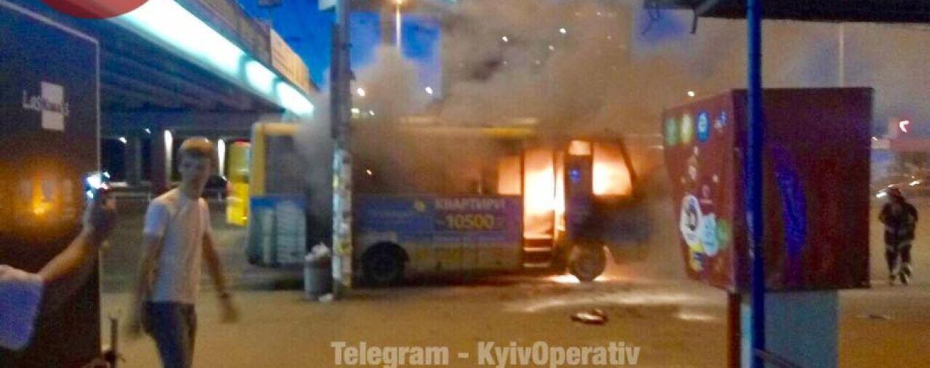 """В Киеве возле метро """"Харьковская"""" загорелся пассажирский автобус"""