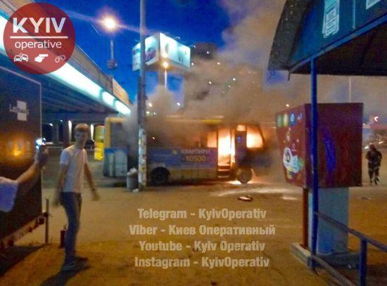 """У Києві біля метро """"Харківська"""" спалахнув пасажирський автобус"""