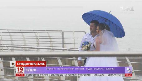 Попри непогоду в Одесі, місцеві справляють весілля і навіть купаються