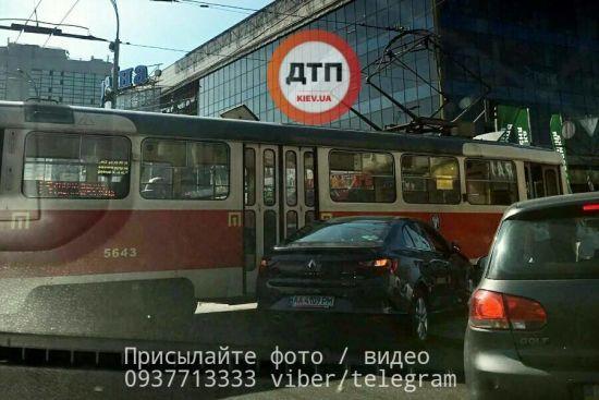 У Києві дівчина на Renault протаранила трамвай, центр міста зупинився у масштабному заторі