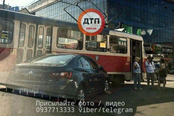 В Киеве девушка на Renault протаранила трамвай, центр города остановился в масштабной пробке