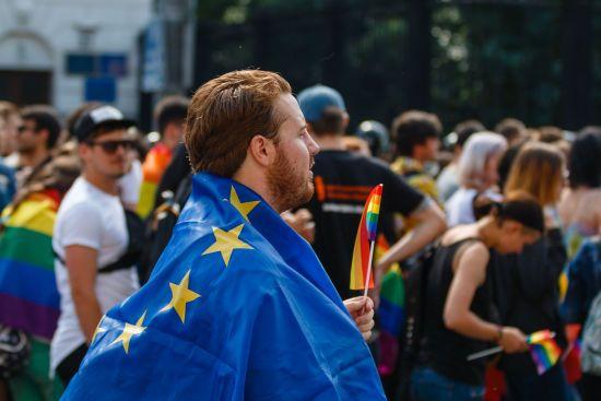 У Європарламенті роздали учасникам ЧС в Росії різнокольорові шнурки на підтримку ЛГБТ