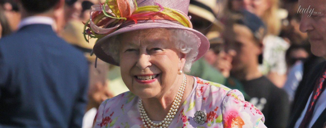Королева Елизавета II продемонстрировала эффектный летний образ
