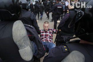 На мітингах проти корупції у РФ затримали півтисячі людей