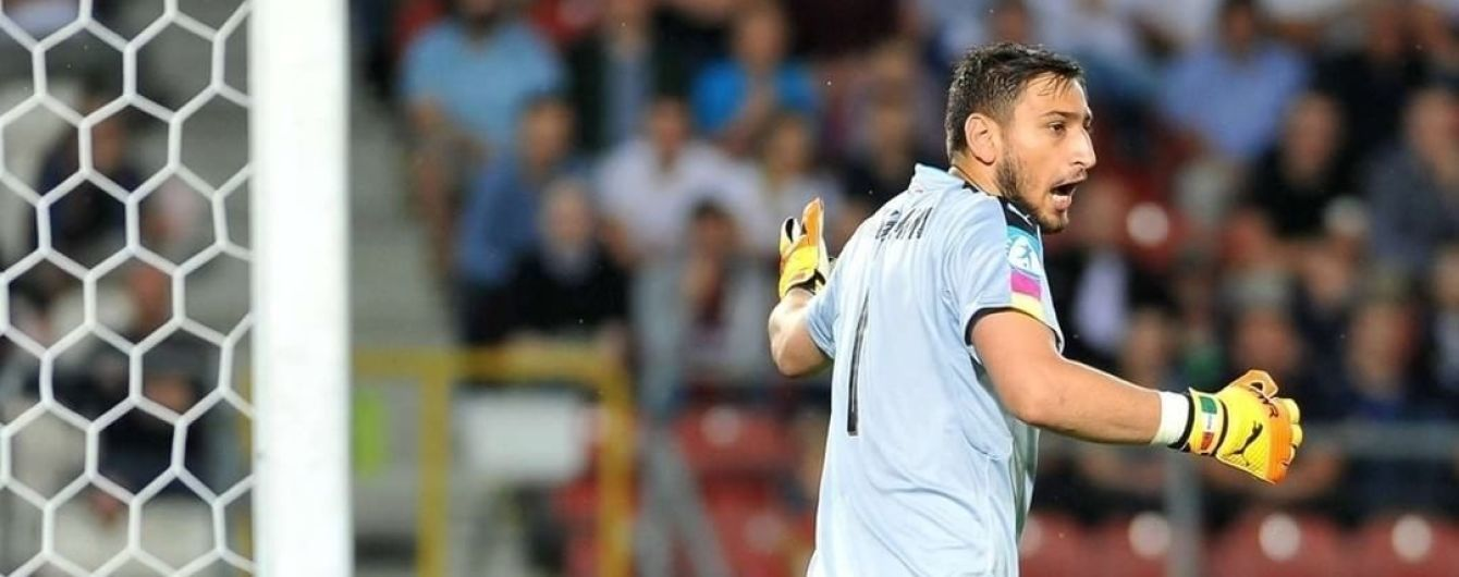 """Итальянские фанаты во время матча закидали юного голкипера """"Милана"""" фальшивыми банкнотами"""