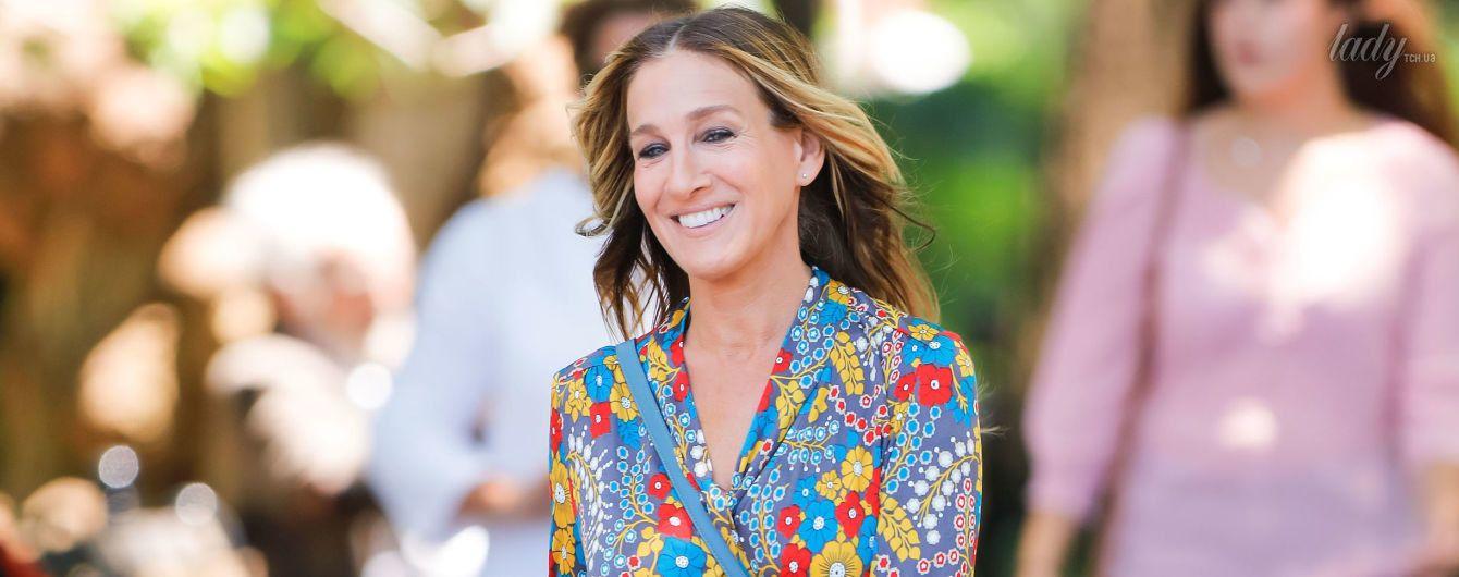 В ярком платье и на каблуках: Сара Джессика Паркер на съемках в Нью-Йорке