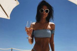 В бикини и с бокалом в руке: Эмили Ратажковски на отдыхе в Италии
