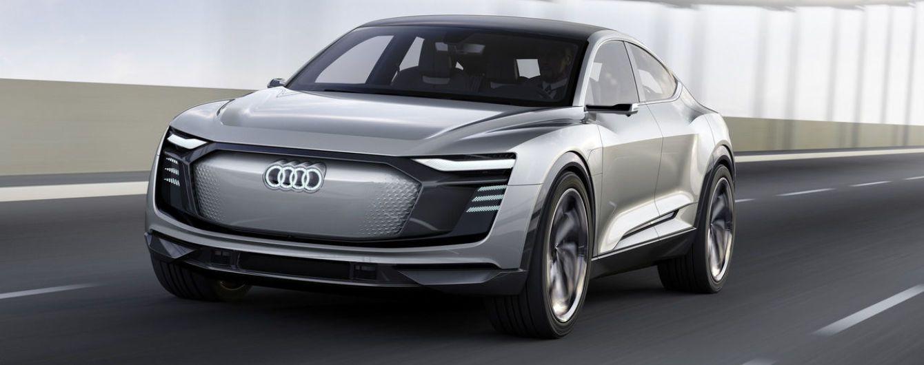 Купеобразный электрический кроссовер Audi E-Tron Sportback замечен в движении