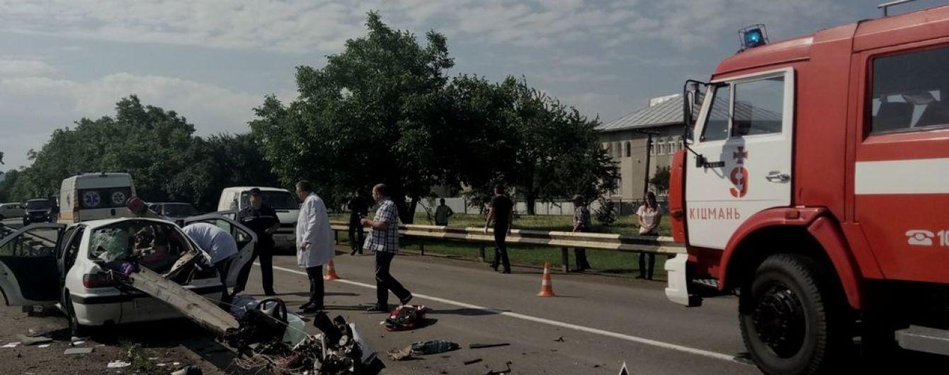 """На Буковине Peugeot """"нанизался"""" на отбойник - три человека погибли"""