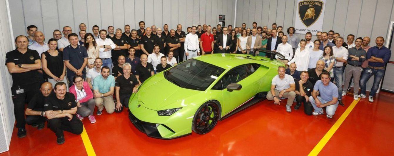 Lamborghini подготовила комнату для прослушивания моторов