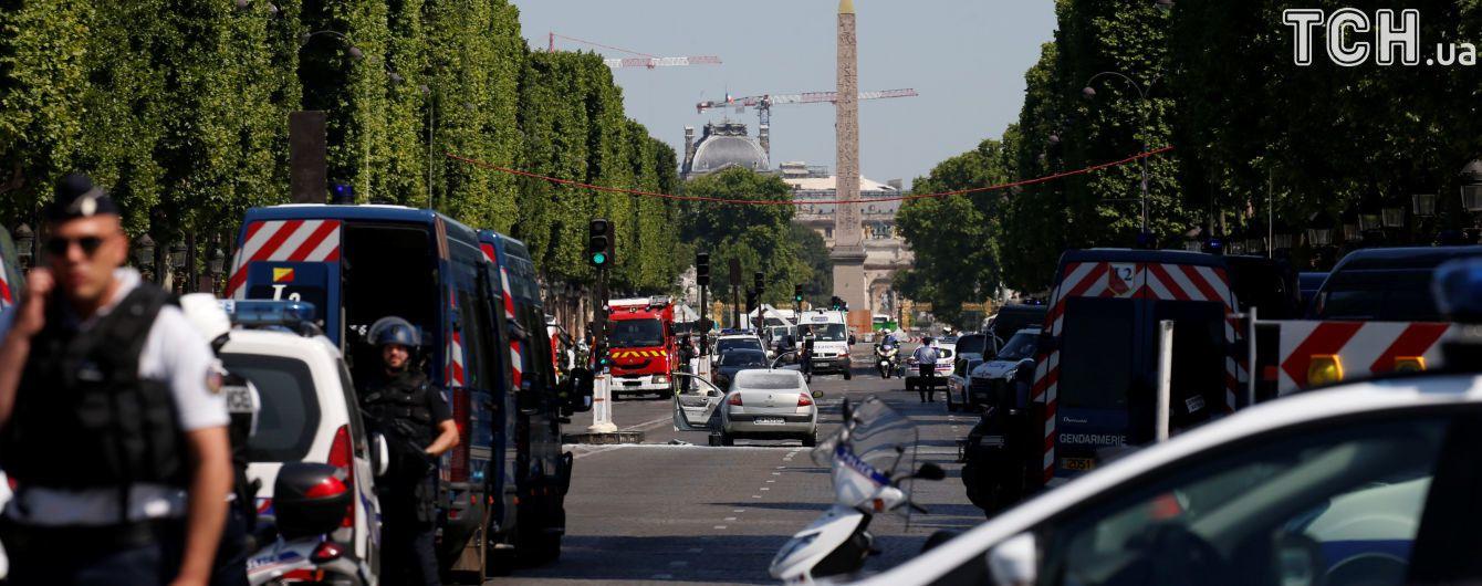 У авто, яке протаранило поліцейський автобус в центрі Парижа, знайшли вибухівку та зброю