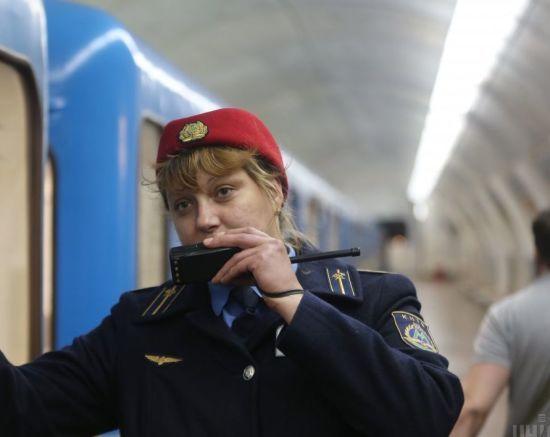 Подробиці трагедії у київському метро: 19-річна студентка впала під потяг та втратила частину ноги
