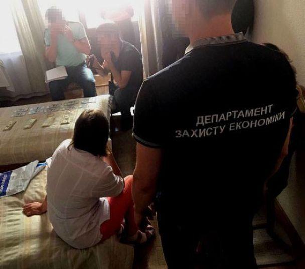 На Хмельнитчине в собственном отеле на взятке в 50 тысяч долларов поймали чиновника-вымогателя