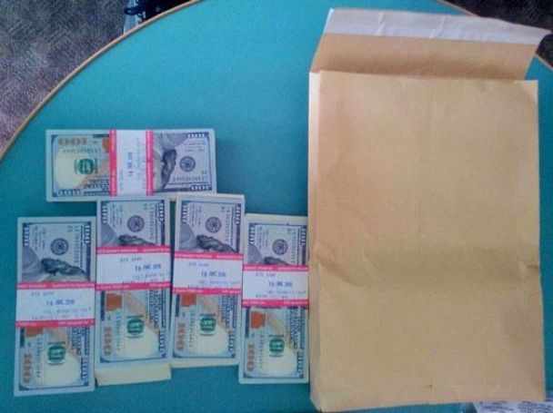 На Хмельниччині у власному готелі на хабарі у 50 тисяч доларів спіймали посадовця-здирника