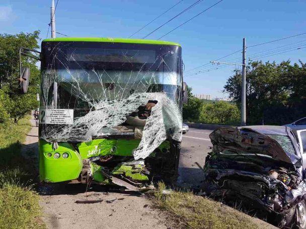 У Харкові легковик вилетів на зустрічну смугу і зіткнувся з тролейбусом, є жертви