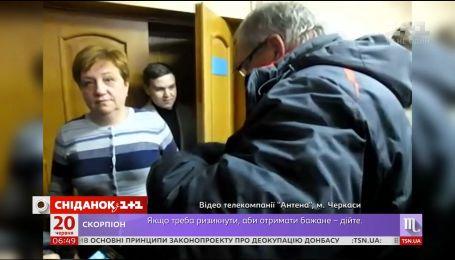 """Учительку з Черкас законно звільнили за погрози """"навчити любити радянську владу"""""""