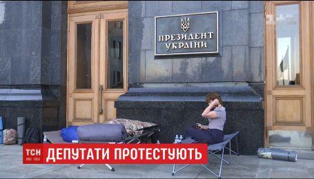 """Депутаты """"Самопомощи"""" заночевали под АП в знак протеста игнорирование властью вопроса львовского мусора"""