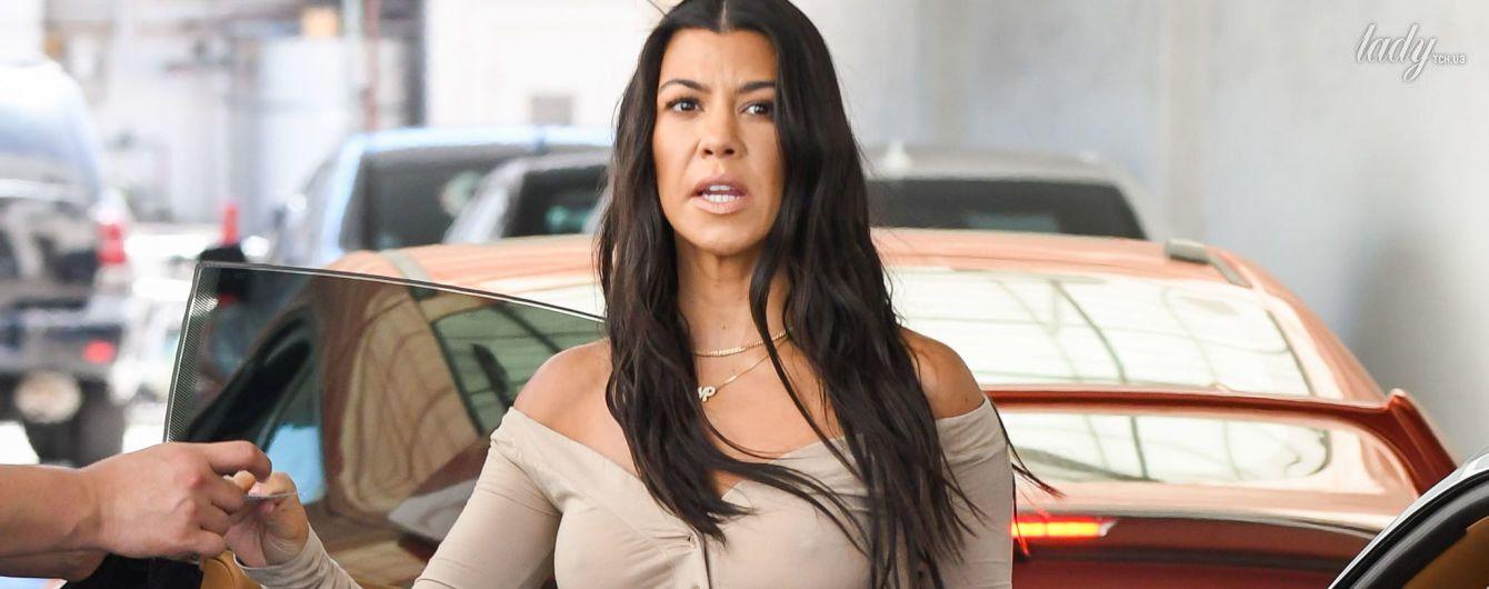 В блузке без лифчика: Кортни Кардашьян надела откровенный наряд