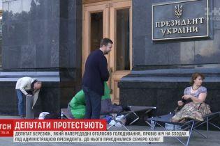 Несколько депутатов провели ночь в спальниках под АП из-за львовского мусора