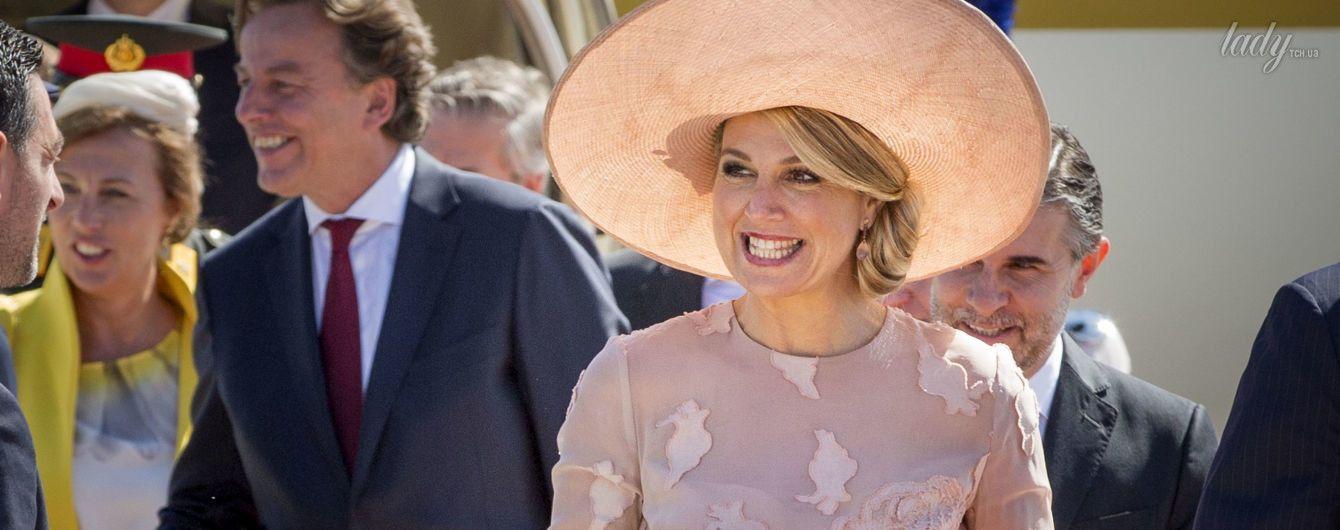 В платье цвета пудры и широкополой шляпе: королева Максима с супругом прибыла в Италию