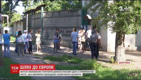 Жители оккупированного Донбасса массово оформляют заграничные биометрические паспорта